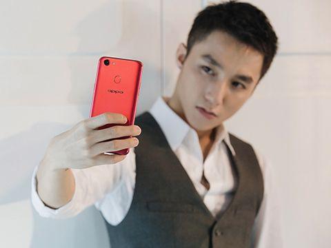 Vì sao ngôi sao giải trí dần vắng bóng trong quảng cáo smartphone tại Việt Nam?