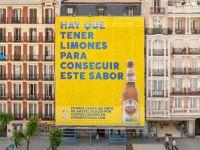 Thích thú với billboard khổng lồ từ 14.000 quả chanh của bia Amstel Radler
