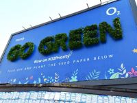 """""""Green Billboard"""" của O2 khuyến khích mọi người gieo hạt trồng cây"""
